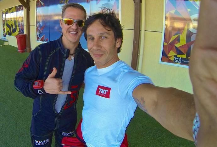 Há duas semanas, Schumacher posou em Dubai com o especialista em wingsuit brasileiro Luigi Cani