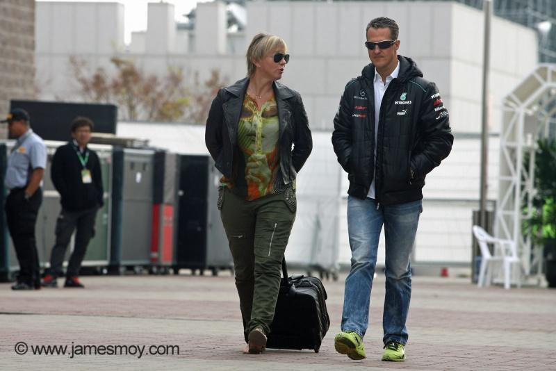 Sabine Kehm chega ao paddock de Yeongam com Michael Schumacher, em 2012