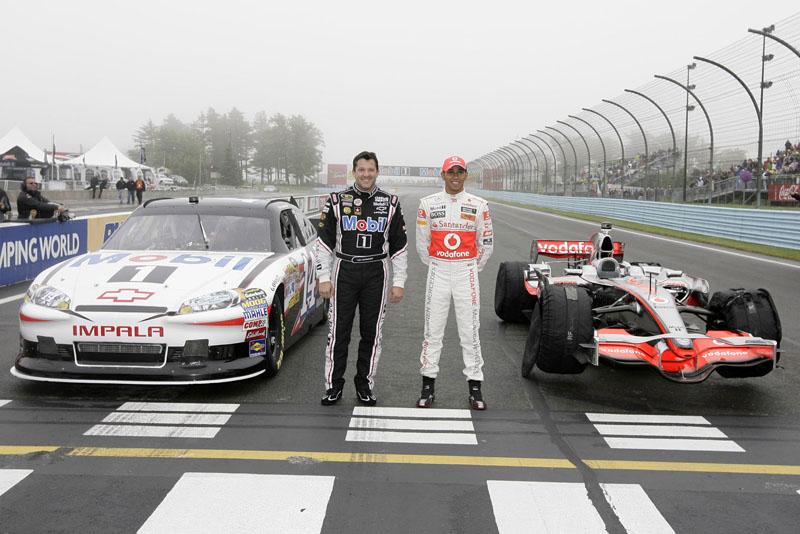 Lewis Hamilton e Tony Stewart posam com seus carros em Watkins Glen
