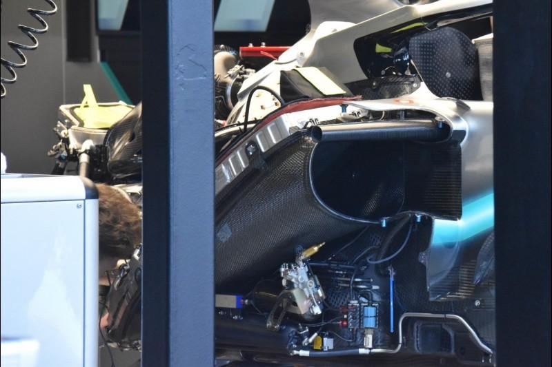 Mercedes W10, Seitenkasten