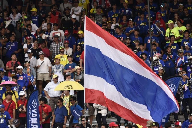 Fans mit Flagge von Thailand