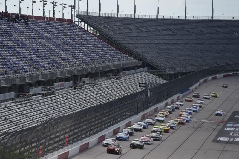 Pace-Laps auf dem Darlington Raceway vor leeren Tribünen