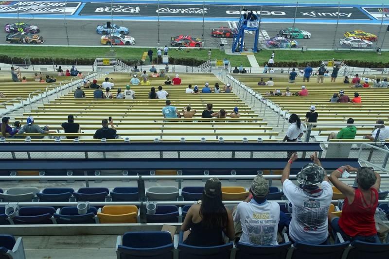 Ausgewählte Gäste auf der Tribüne des Homestead-Miami Speedway