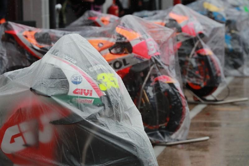 MotoGP-Bikes unter Regenplanen in Silverstone 2018