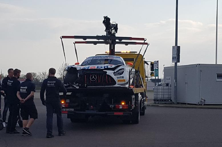 Zakspeed-Mercedes nach Unfall beim ADAC GT Masters Test auf Abschleppwagen