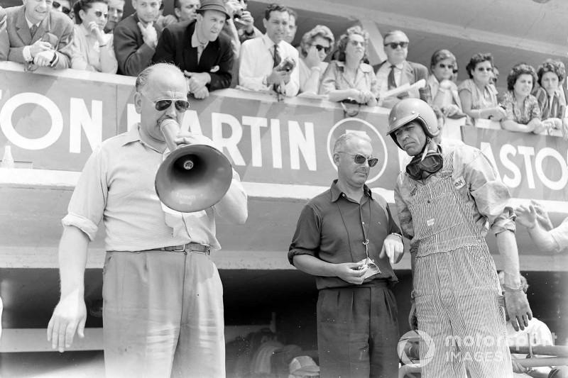 Carroll Shelby (Aston Martin DBR1), 1. Position, wartet in der Box auf das Einfahren des Autos mit Reg Parnell. Am Megaphon ist Teambesitzer und Chefdesigner David Brown, 24 Stunden von Le Mans 1959