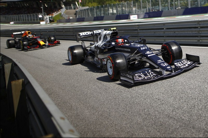 Pierre Gasly im AlphaTauri AT02 vor Max Verstappen im Red Bull RB16B beim Österreich-Grand-Prix 2021 in Spielberg