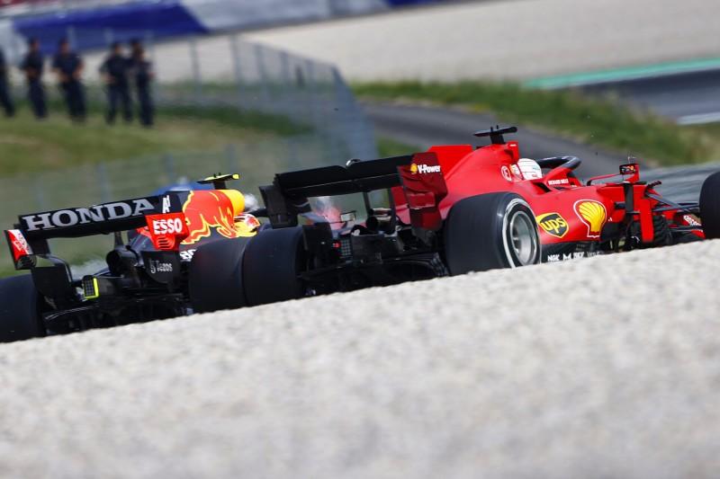 Sergio Perez im Red Bull RB16B gegen Charles Leclerc im Ferrari SF21 beim Österreich-Grand-Prix 2021 in Spielberg