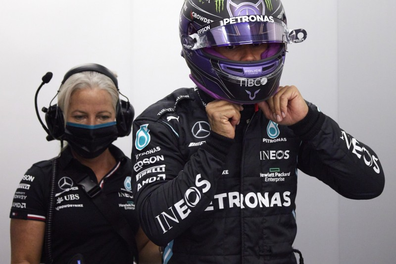 Physiotherapeutin Angela Cullen und Formel-1-Fahrer Lewis Hamilton in der Mercedes-Box
