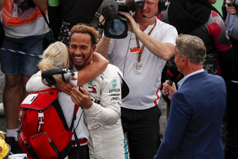 Physiotherapeutin Angela Cullen mit Formel-1-Fahrer Lewis Hamilton von Mercedes beim Grand Prix von Mexiko 2018
