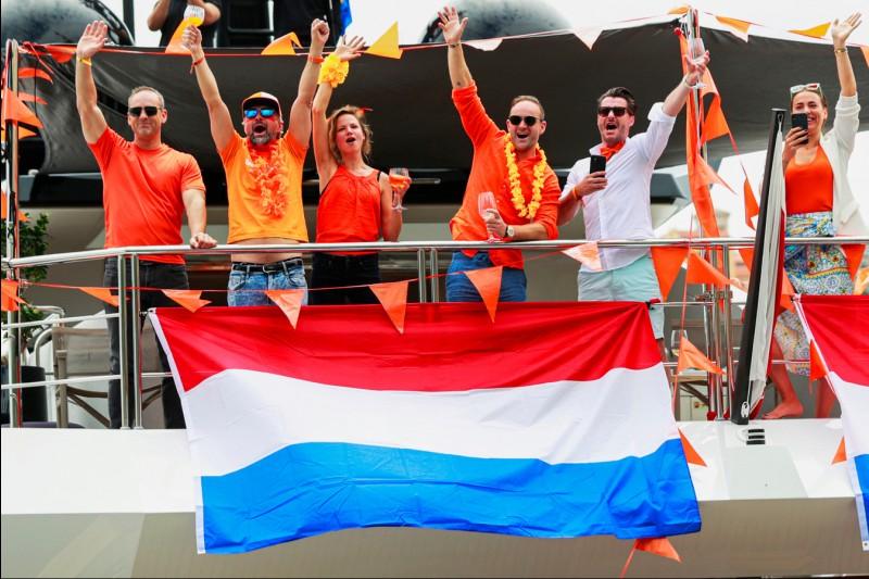 Fans mit Flagge der Niederlande