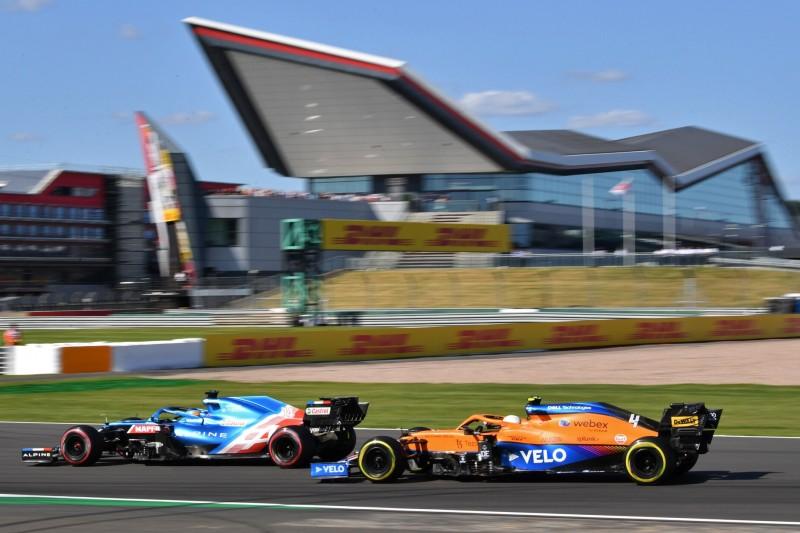 Fernando Alonso im Alpine A521 vor Lando Norris im McLaren MCL35M im Sprintqualifying der Formel 1 2021 beim Grand Prix von Großbritannien in Silverstone in England