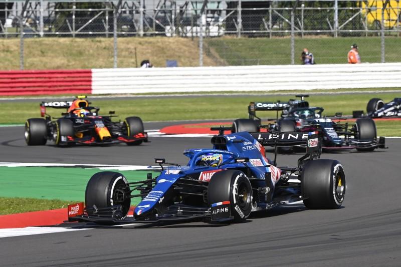 Fernando Alonso im Alpine A521 im Grand Prix von Großbritannien der Formel 1 2021 in Silverstone in England vor Lance Stroll im Aston Martin AMR21 und Sergio Perez im Red Bull RB16B