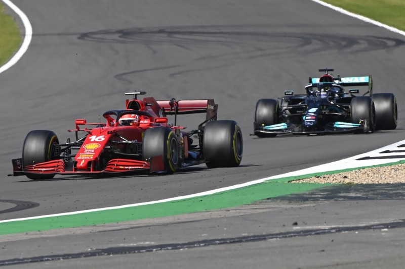 Charles Leclerc im Ferrari SF21 und Lewis Hamilton im Mercedes W12 im Grand Prix von Großbritannien der Formel 1 2021 in Silverstone in England