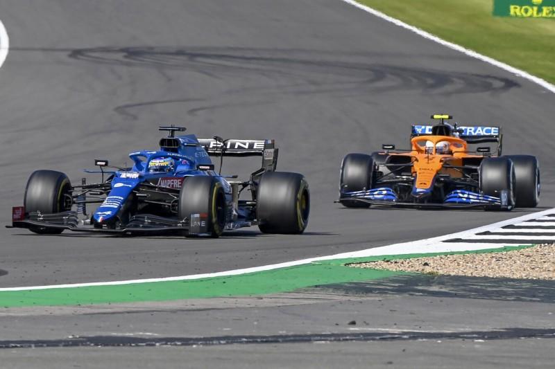 Fernando Alonso im Alpine A521 vor Lando Norris im McLaren MCL35M beim Grand Prix von Großbritannien der Formel 1 2021 in Silverstone in England