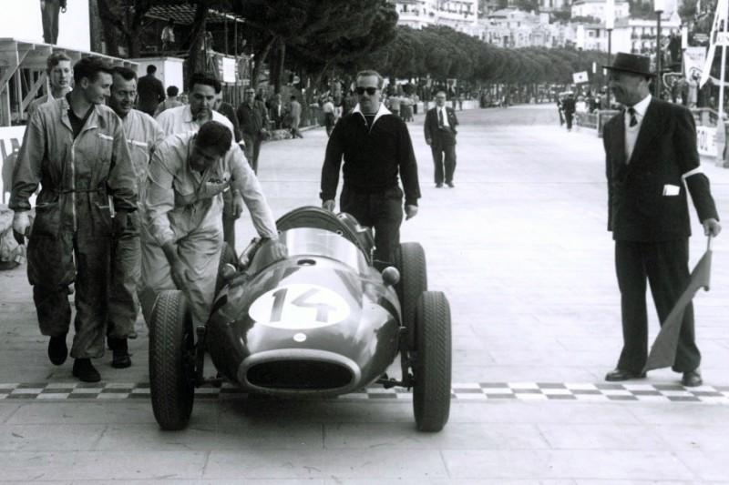 Jack Brabham überquert die Ziellinie bei seinem ersten Grand Prix von Monaco in der Formel 1 1957: Nach einem Defekt schob er das Auto ins Ziel