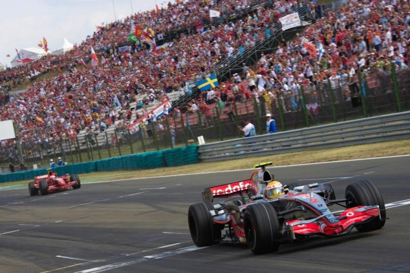 """Lewis Hamilton gewinnt 2007 vor Kimi Räikkönen, im Hintergrund die vollen Tribünen der Kategorie """"Gold"""""""