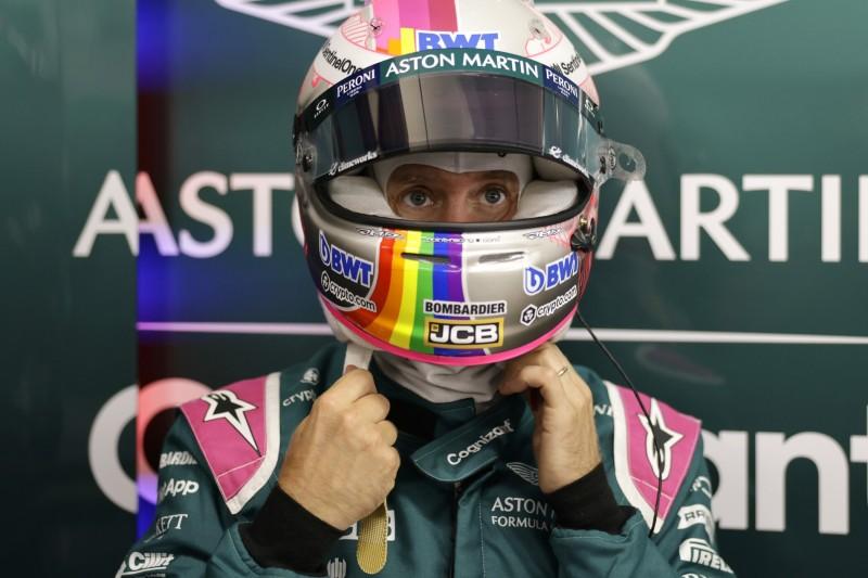 Sebastian Vettel mit Regenbogen-Farben auf seinem Helm beim Grand Prix von Ungarn der Formel 1 2021 in Budapest