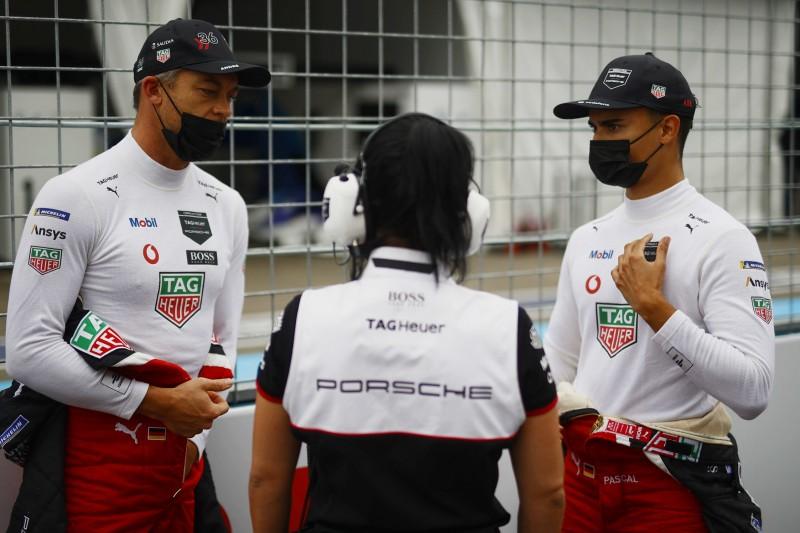 Andre Lotterer und Pascal Wehrlein im Gespräch an der Rennstrecke der Formel E