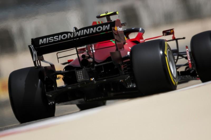 Carlos Sainz im Ferrari SF21 in der Formel-1-Saison 2021, in der Rückansicht mit Heckflügel und Diffusor