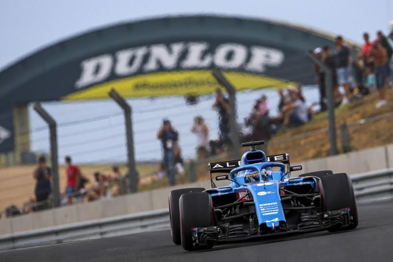 Fernando Alonso im Formel-1-Auto von Alpine bei einer Demorunde in Le Mans 2021