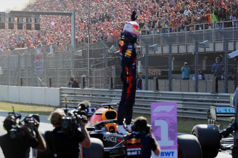 Max Verstappen von Red Bull grüßt die Fans in Zandvoort nach dem Qualifying zum Grand Prix der Niederlande der Formel 1 2021
