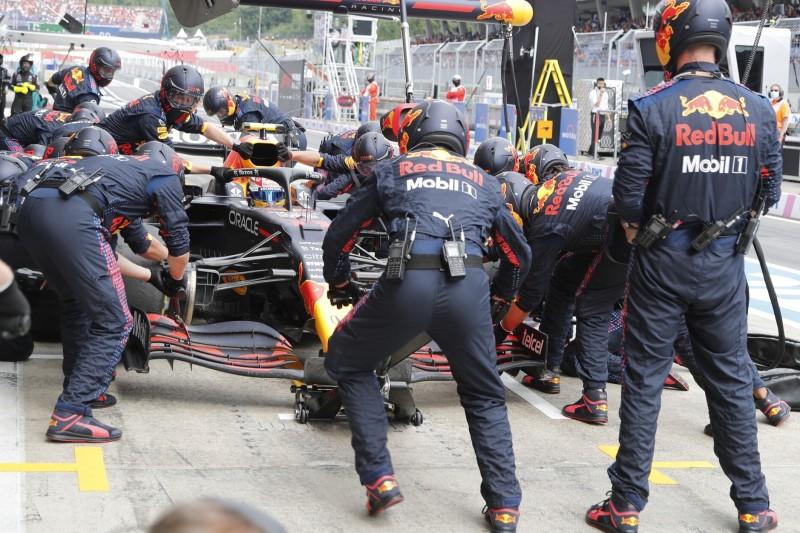 Sergio Perez im Red Bull RB16B bei einem Boxenstopp im Grand Prix von Österreich der Formel 1 2021 auf dem Red-Bull-Ring bei Spielberg