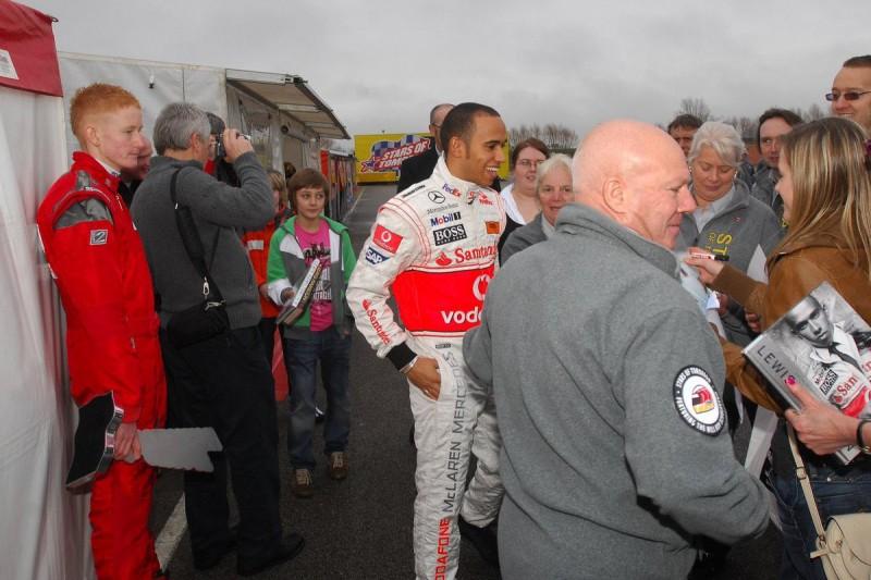 2009 auf der Kartbahn: George Russell (11), bittet Formel-1-Weltmeister Lewis Hamilton (McLaren) schüchtern um ein Autogramm