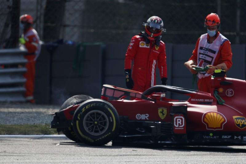 Ferrari-Fahrer Carlos Sainz begutachtet seinen SF21 nach dem Unfall in der Ascari-Schikane im Training zum Grand Prix von Italien der Formel 1 2021 in Monza