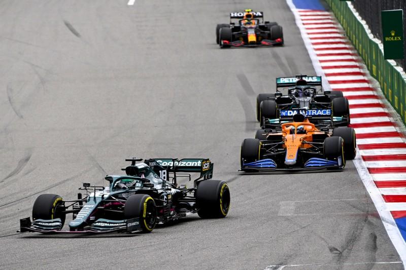 Szene aus dem Russland-Grand-Prix 2021: Lance Stroll vor Daniel Ricciardo und Lewis Hamilton