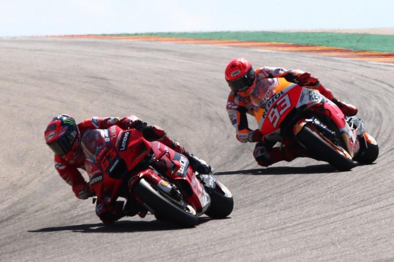 Francesco Bagnaia und Marc Marquez liefern sich beim MotoGP-Rennen in Aragon 2021 ein Duell um den Sieg.