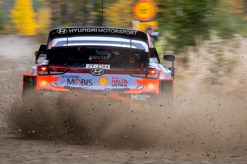 Ott Tänak rutscht in seinem Hyundai über den Schotter der Rallye Finnland