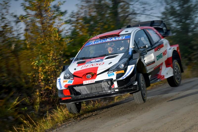 Sebastien Ogier springt bei der Rallye Finnland in seinem Toyota