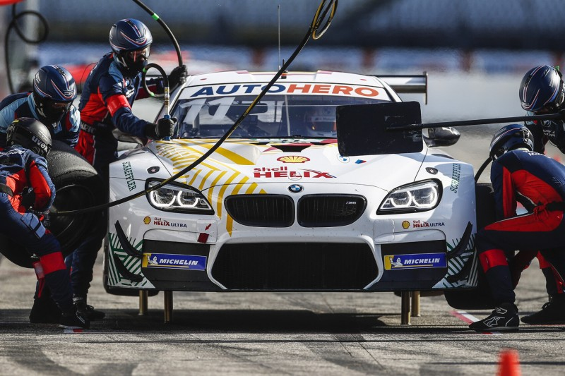 Marco Wittmann steht mit seinem BMW in der Box