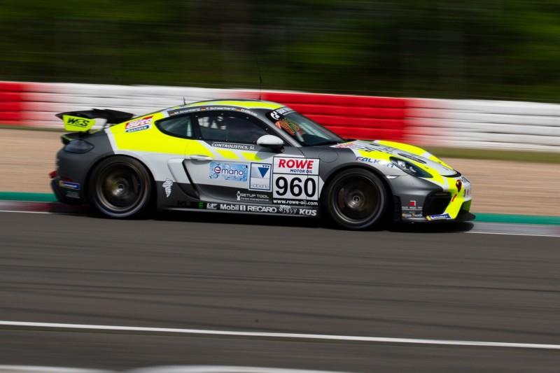 Daniel Blickle, Max Kronberg und Tim Scheerbarth auf ihrem Porsche 718 Cayman GT4 CS aus der KLasse Cup3 in der VLN/NLS 2021