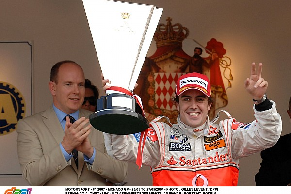 MOTORSPORT - F1 2007 - MONACO GP - 23/05 TO 27/05/2007 - PHOTO : GILLES LEVENT / DPPI FERNANDO ALONSO (SPA) / MCLAREN MERCEDES MP4/22 - AMBIANCE - PORTRAIT PODIUM PRINCE ALBERT II DE MONACO CUP TROPHY WINNER JOY