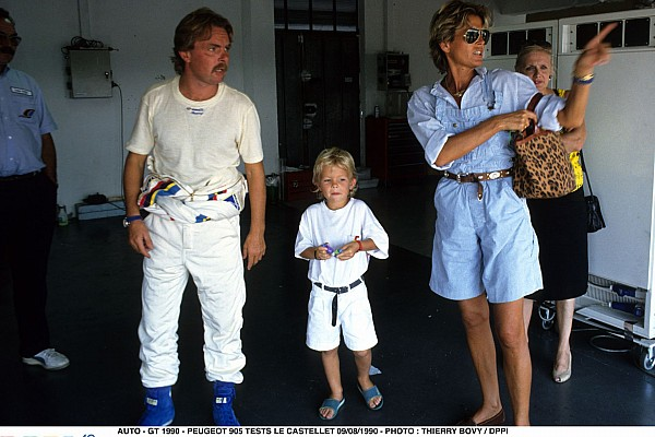 AUTO - GT 1990 - PEUGEOT 905 TESTS LE CASTELLET 09/08/1990 - PHOTO : THIERRY BOVY / DPPI NICO ROSBERG - AMBIANCE - PORTRAIT WITH HIS FATHER KEKE ROSBERG AND HIS MOTHER SINA