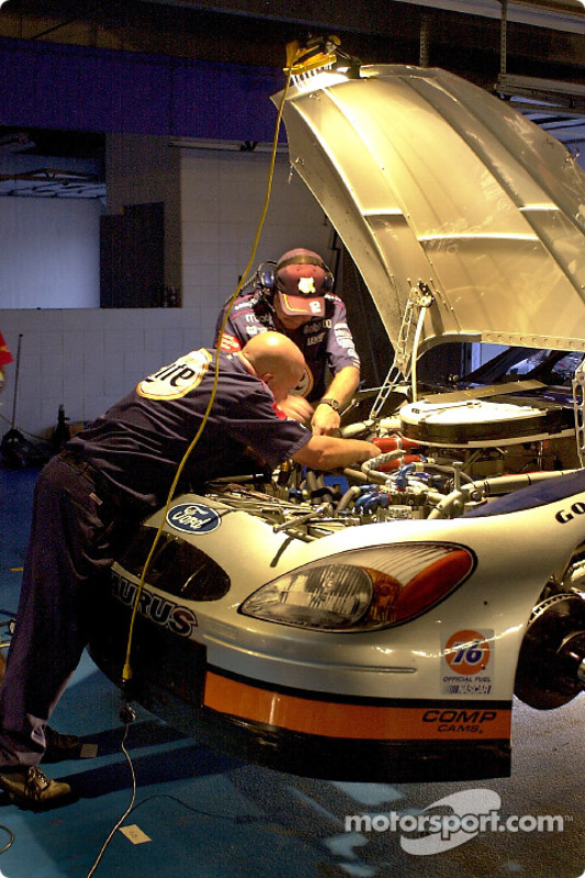Travail tarfif sur la Ford de la pole position de Rusty Wallace