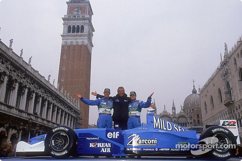 Flavio Briatore, director del equipo, con sus pilotos titulares