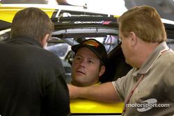 Robby Gordon platica con el jefe de tripulación Jim Long y el dueño de equipo, Jim Smith en la nueva zona de garage en Sears Point