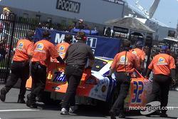 La Ford Taurus de Ricky Craven poussée dans son garage à Pocono