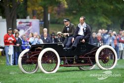 Glen Miller (Ford) et Bob Glidden dans une réplique de la voiture de course de Henry Ford en 1901
