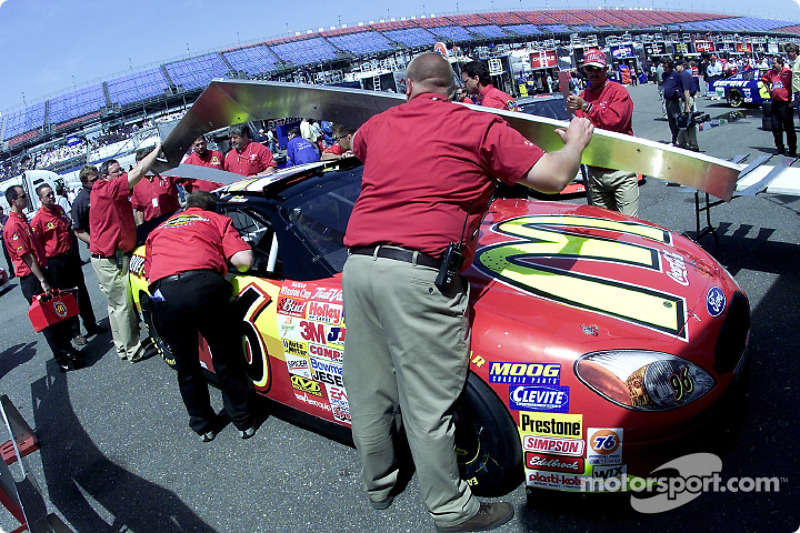 Ricky Rudd's crew work to install a new motor to the Texaco Havoline Ford Taurus