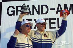 Les pilotes du Team Hurricane Racing, John Bourassa et Lance Stewart, fêtent leur victoire au classement général
