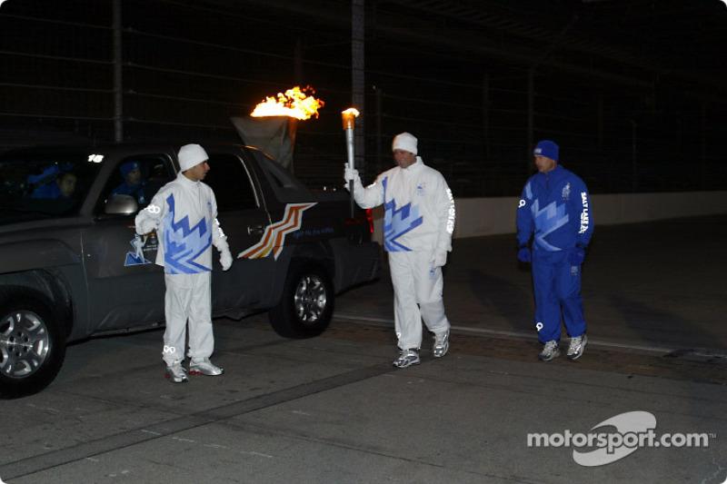 Tony George se prépare à prendre la flamme olympique pour le relais
