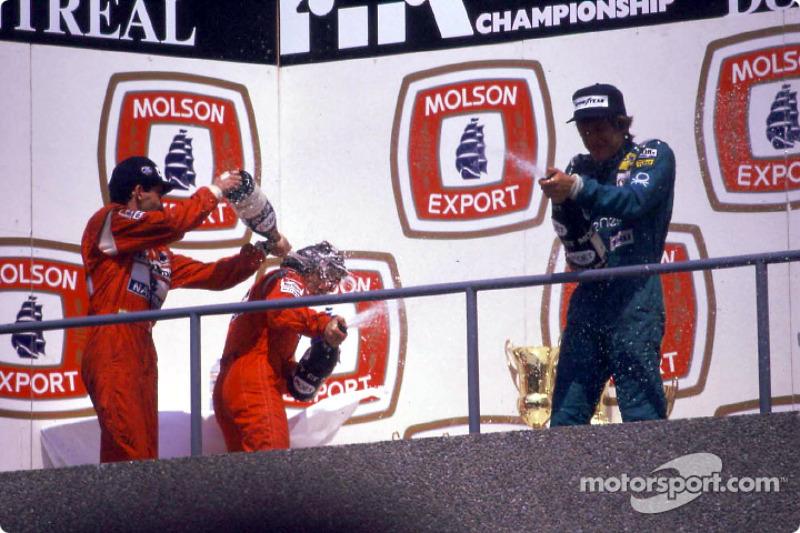 El podio: el ganador de la carrera Ayrton Senna, Alain Prost y Thierry Boutsen