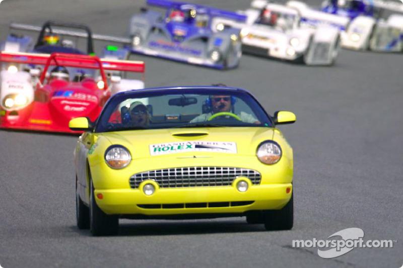 Le pace car Ford Thunderbird mène le peloton dans le tour de chauffe des 24 Heures de Daytona 2002