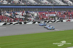 Checkered flag for the three Racer's Group GT3 R