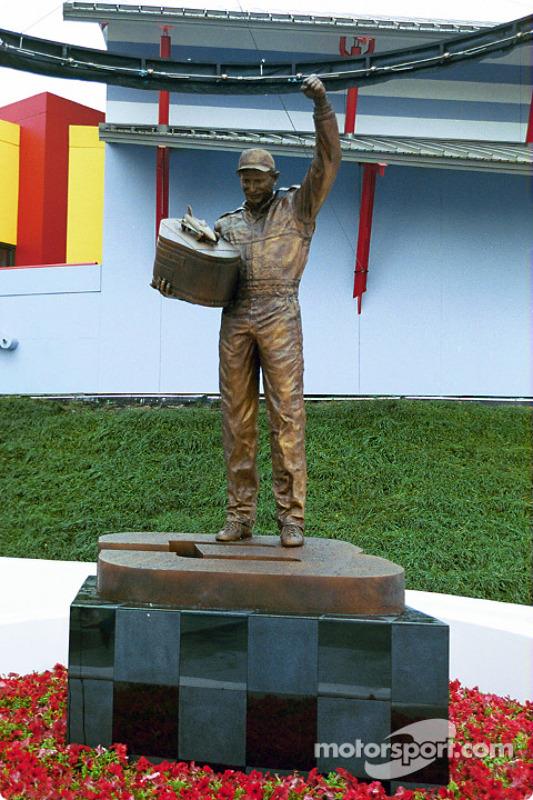 Statue de Dale Earnhardt au Daytona International Speedway