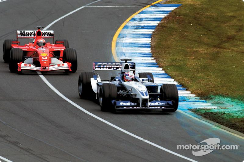Juan Pablo Montoya mène devant Michael Schumacher